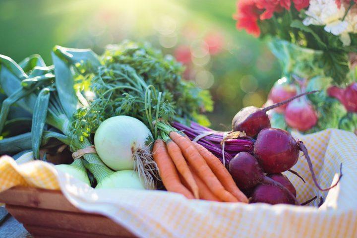 Ferske grønnsaker i en kurv
